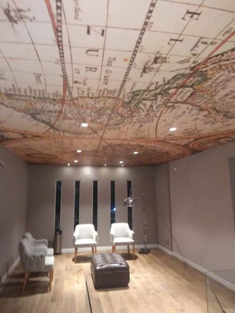 Decoración con papel de empapelar personalizado en el techo