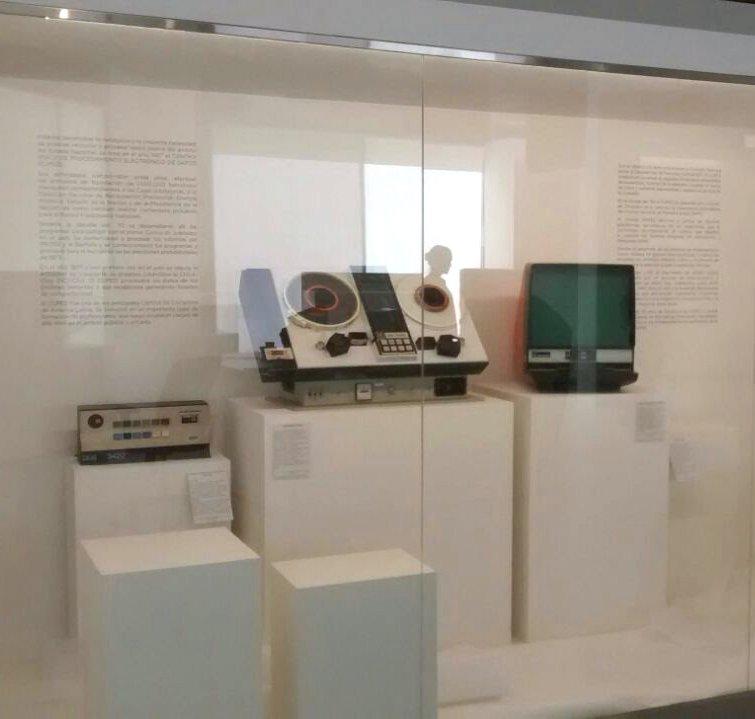 Vitrina del museo con objetos