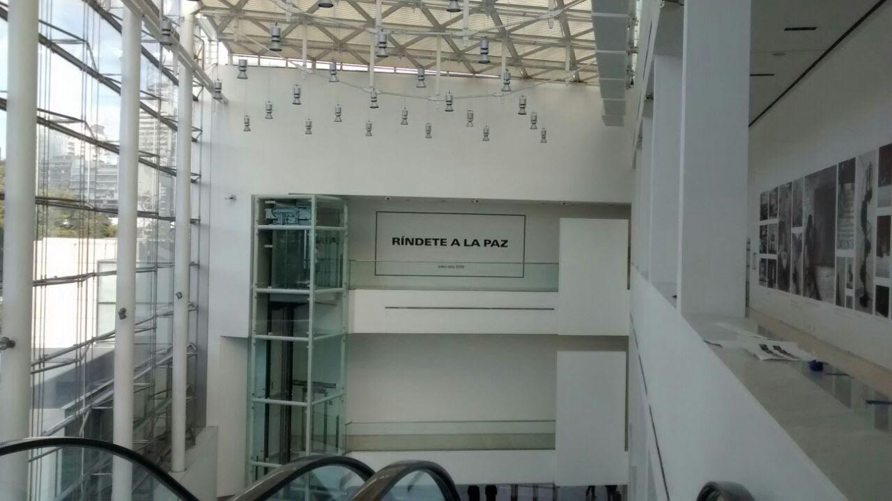 Yoko Ono en el Museo Malba - Pared Vinilo Mate